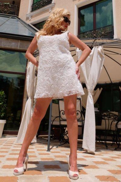 Нежна бяла рокля от 3D дантела